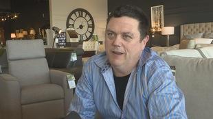 Sean O'Leary en entrevue dans le magasin dont il est propriétaire