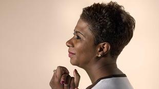 Une femme noire qui pose de profil