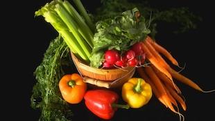 Des légumes dans un panier d'osier.