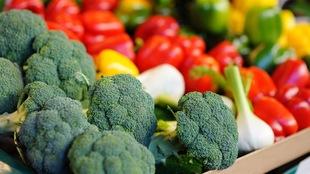 Des légumes dépourvus d'emballage sur un étal de marché