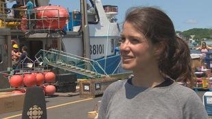 Elle est en entrevue sur un quai.
