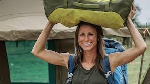 Lydiane St-Onge tient un sac de voyage sur sa tête.
