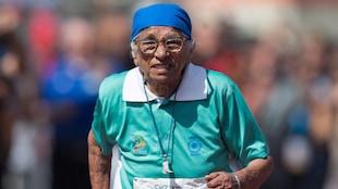 L'Indienne de 101 ans courant dans un habit turquoise, lors des Jeux mondiaux des maîtres qui se déroulaient en Nouvelle-Zélande.