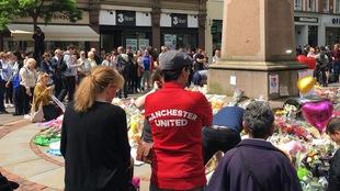 Image forte d'un supporteur de l'équipe de soccer de Manchester United. Un slogan devenu celui de l'unité dans la peine et l'unité face aux actes terroristes.