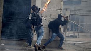 Un manifestant lance un cocktail Molotov au cours d'une manifestation qui a dégénéré à Rio de Janeiro, au Brésil.
