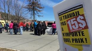Une cinquantaine de personnes se sont rassemblées au Cégep de Gaspé pour réclamer l'augmentation du salaire minimum à 15 dollars l'heure