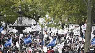 Des centaines de travailleurs manifestent devant l'Hôtel du Parlement.