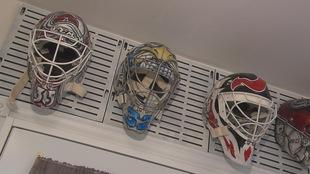 Des masques de gardiens de but dessinés par Sylvie Poitras