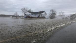 Des eaux tumultueuses coulent sur une route