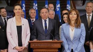 François Legault (au micro), en point de presse, entourée de son équipe, le vendredi 15 juin 2018