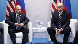 Donald Trump, président des États-Unis (à droite) et  Vladimir Poutine, président de la Russie (à gauche) en compagnie de leur délégation respective
