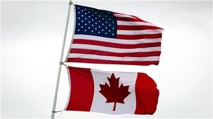 Les drapeaux des États-Unis (en haut) et du Canada (en bas)