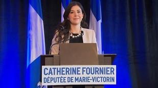 Catherine Fournier devant un lutrin.