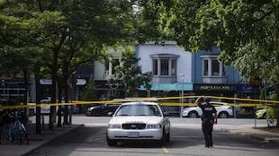 Le périmètre de sécurité près de l'intersection des avenues Danforth et Logan dans le quartier Greektown à Toronto.