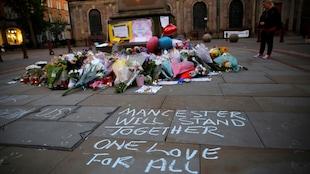 Des gerbes de fleurs furent déposées près du Manchester Arena en hommage aux victimes de l'attentat-suicide de lundi soir (22 mai 2017).