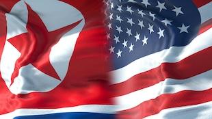 Montage des drapeaux de la Corée du Nord (à gauche) et des États-Unis (à droite)
