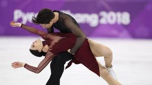 Scott Moir retient Tessa Virtue pendant leur programme long de danse sur glace aux Jeux olympiques de Pyeongchang.
