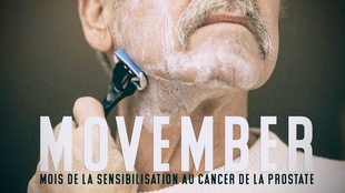 Wayne Fawcett qui se rase la barbe, avec les mots Movember mois de la sensibilisation au cancer de la prostate.