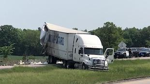 Photo d'un camion dans le gazon entre les voies en direction ouest et est de l'autoroute