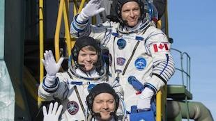 Les astronautes de la mission Expedition 58 quelques instants avant d'entrer dans la capsule Soyouz. Devant David Saint-Jacques, il y avait l'astronaute de la NASA Anne McClain et le cosmonaute de Roscosmos Oleg Kononenko.