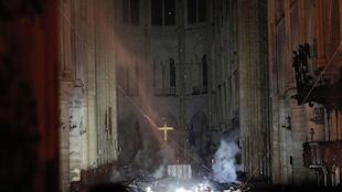 La fumée s'élève devant la croix de l'autel de la cathédrale