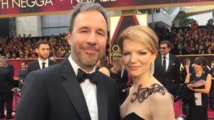 Le réalisateur Denis Villeneuve et sa conjointe Tanya Lapointe sur le tapis rouge des Oscars.