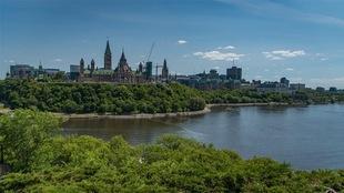 La ville d'Ottawa et la colline du Parlement vues de la rive gatinoise.