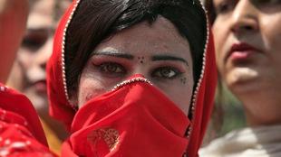 Au Pakistan, les transgenres sont reconnus légalement, mais la société a bien du mal à les accepter.