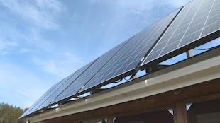 Des panneaux solaires sur un toit.