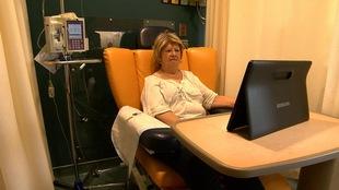Ginette Déry, de Gaspé, visionne des capsules sur le site cancergaspesie.ca, durant son traitement de chimiothérapie