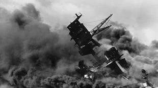 Le navire de guerre USS Arizaona est en train de couler dans le port. Il est entouré d'une intense fumée noire