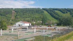 Des pistes de ski recouvertes de gazon derrière un camping.