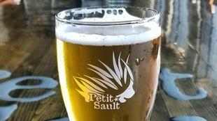 Une bière sur une table.