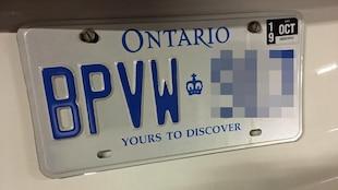 Photo d'une plaque d'immatriculation blanche et bleue de l'Ontario