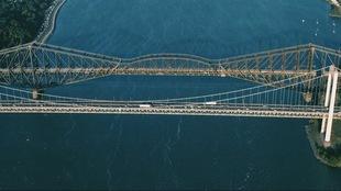 Vue aérienne du pont de Québec et du pont Pierre-Laporte.