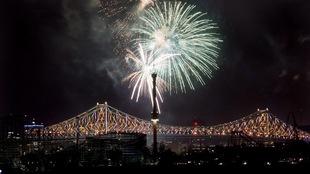 Un feu d'artifice éclate près du pont Jacques-Cartier, qui est illuminé, lors des célébrations du 375e de Montréal.