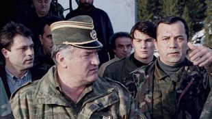 Le général Ratko Mladic (à gauche), lors de la guerre de Yougoslavie, en avril 1995.