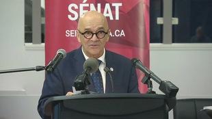 Le sénateur René Cormier au micro à Moncton le 25 octobre 2018.