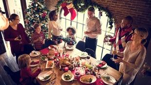 Plusieurs personnes sont réunis autour d'une table pour Noël