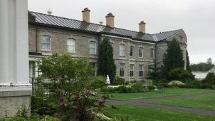 Rideau Hall avec des plantes et des arbres.