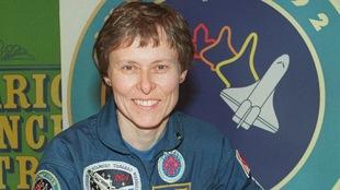 L'astronaute Roberta Bondar devant une affiche de l'Agence spatiale canadienne