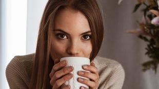 Rosalie qui a une tasse dans ses mains