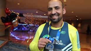 Saïd Akjour et sa médaille du marathon de Boston
