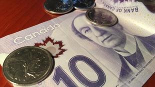 Un billet de 10 $ et quatre pièces de 0,25 $
