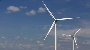 Deux éoliennes.