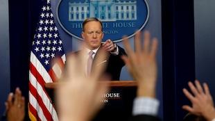 Plusieurs journalistes lèvent leur main pour poser une question.