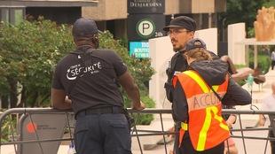 Des agents de sécurité du Festival de jazz de Montréal sont en poste.