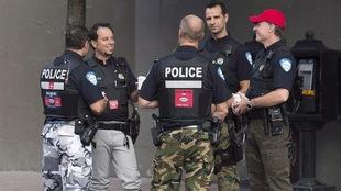 Des policiers en moyens de pression, portant un pantalon de camouflage.