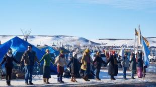 Les Amérindiens et les écologistes qui occupent depuis des semaines les terres que devait traverser l'oléoduc à Standing Rock ont obtenu une victoire.