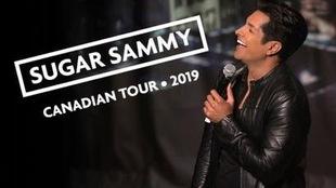 affiche du nouveau spectacle de Sugar Sammy où on le voit en train de rire sur scène, un micro à la main.